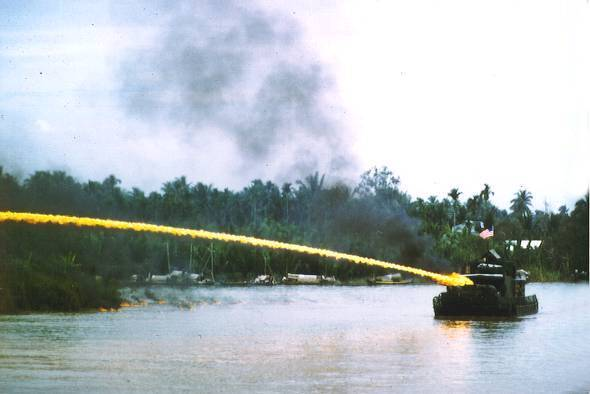 us_riverboat_using_napalm_in_vietnam